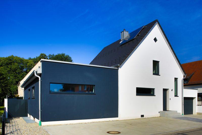 1_Strassenansicht_Wohnhaussanierung_Vierzueins_Design